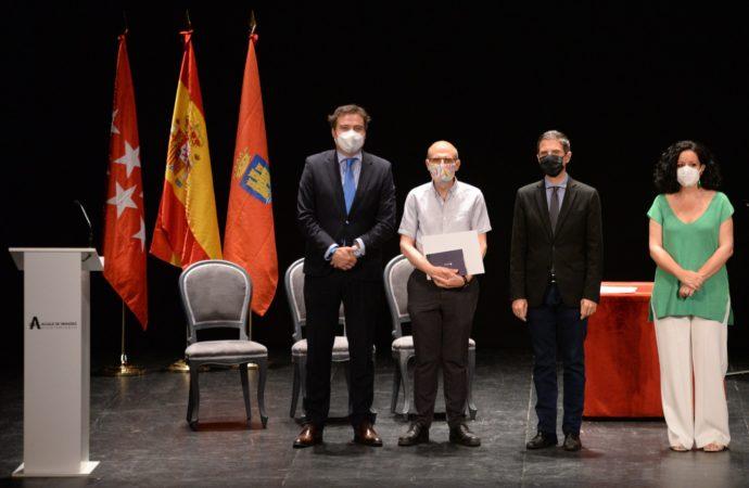 Alcalá homenajea a los profesores y personal de los centros educativos que se jubiló durante el curso 2019-2020