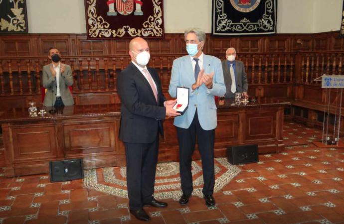 Entrega póstuma de la Medalla de Oro de la Universidad de Alcalá al ex alcalde Arsenio Lope Huerta