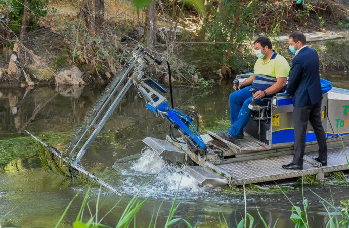 Torrejón de Ardoz intensifica los trabajos contra los mosquitos con el barco anfibio