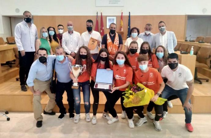 Reconocimiento a las chicas del Club de Fútbol Sala Femenino San Fernando tras ganar la Copa Senior de la Comunidad de Madrid
