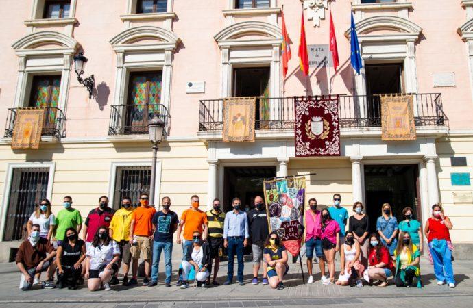 Las Fiestas de Alcalá 2021 arrancan con la colocación de pañuelos y estandarte de las Peñas en el Ayuntamiento
