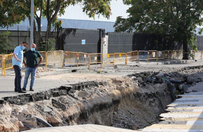 El gran socavón de 30 metros en una calle de Coslada tardará 6 semanas en ser reparado