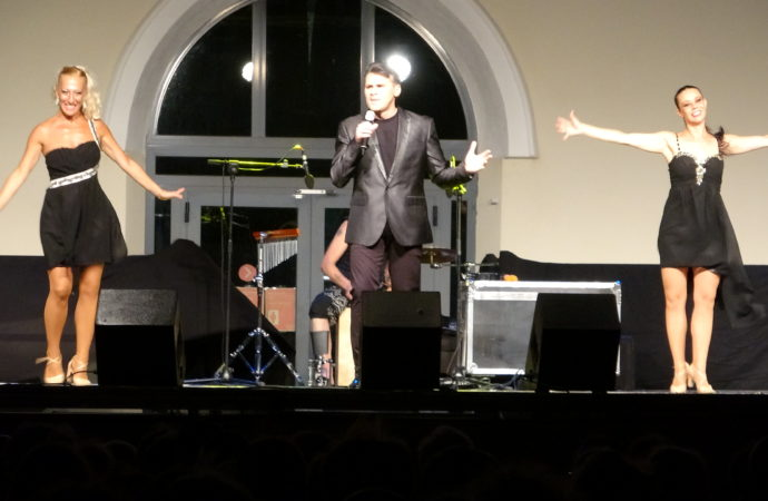 Manuel Alejandro homenajea a Camilo Sesto llenando «Las Noches del Patio» en las Fiestas de Alcalá