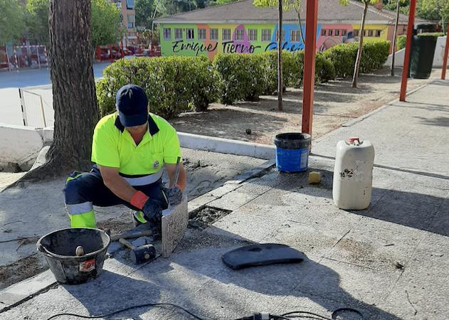 Los trabajadores integrantes del último plan de empleo desarrollan obras de mantenimiento y reparaciones en los centros educativos