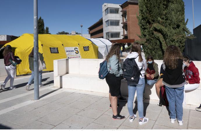 La unidad móvil de vacunación del SESCAM, presente en la Facultad de Ciencias de la Información en Guadalajara