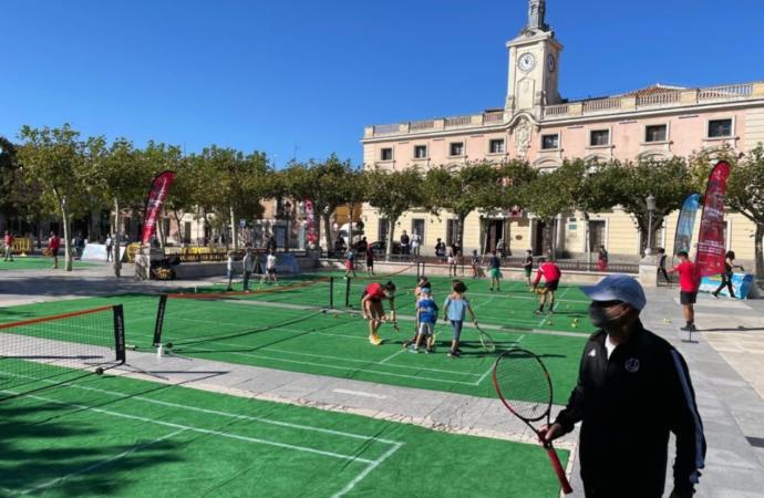 La Plaza de Cervantes de Alcalá, convertida en «Wimbledon» con pistas de mini tenis