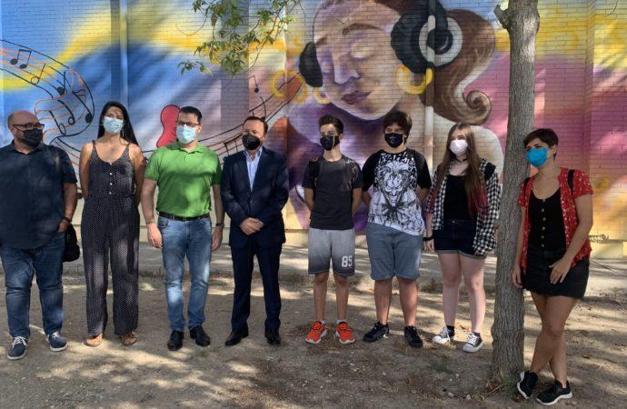 El IES Manuel de Falla de Coslada estrena un mural que «deja huella en el arte»